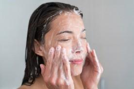 Pelle mista o grassa? Detergi il tuo viso con prodotti adatti alla tua pelle